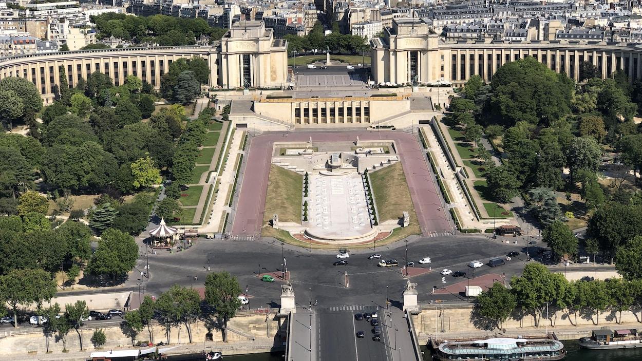 Le Palais de Chaillot sur la place du Trocadéro avec au loin La Défense.Les rues sont quasi désertes.