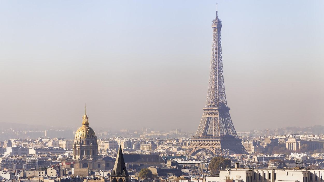 Une vue en hauteur de Paris enrobée d'un nuage de pollution.