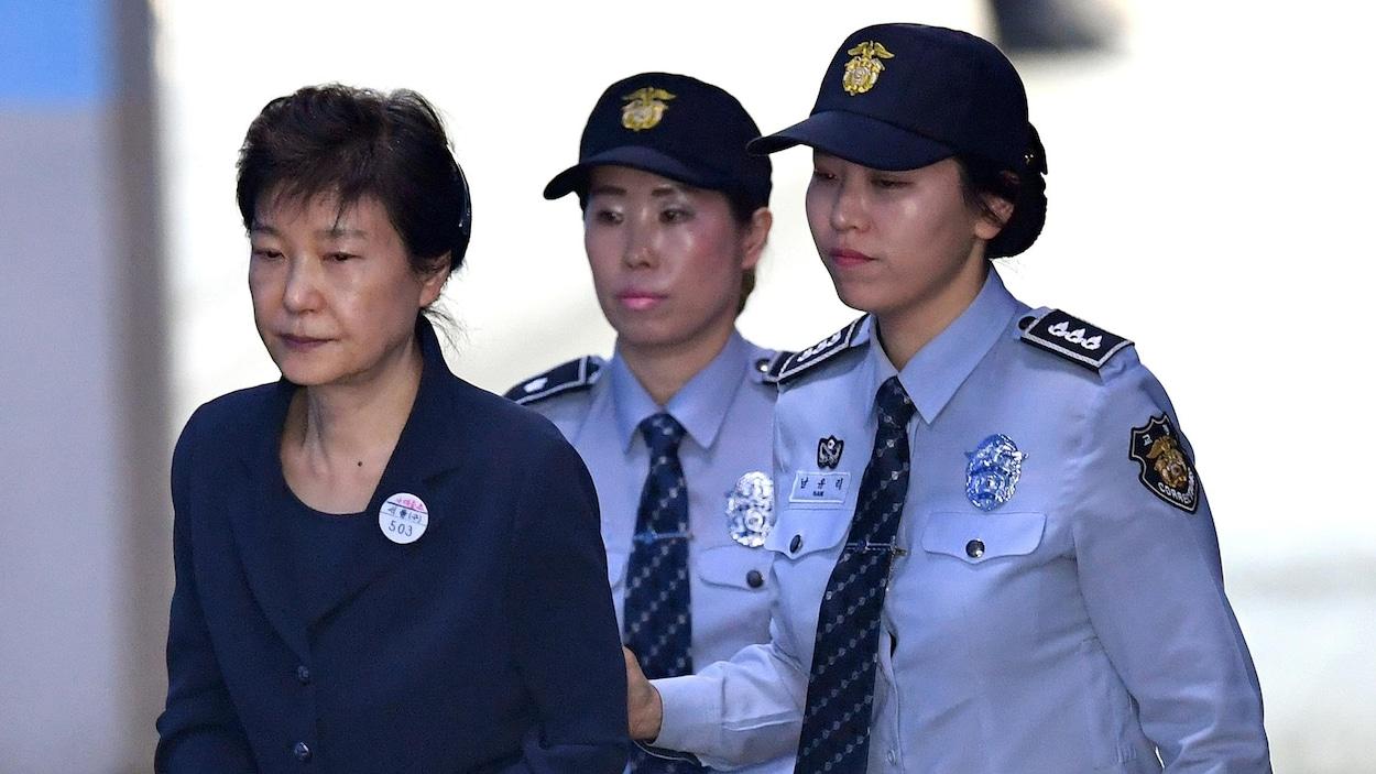 L'ancienne présidente sud-coréenne, Park Geun-hye, arrive au tribunal de Séoul le 25 mai 2017 dans le cadre de son procès pour corruption.