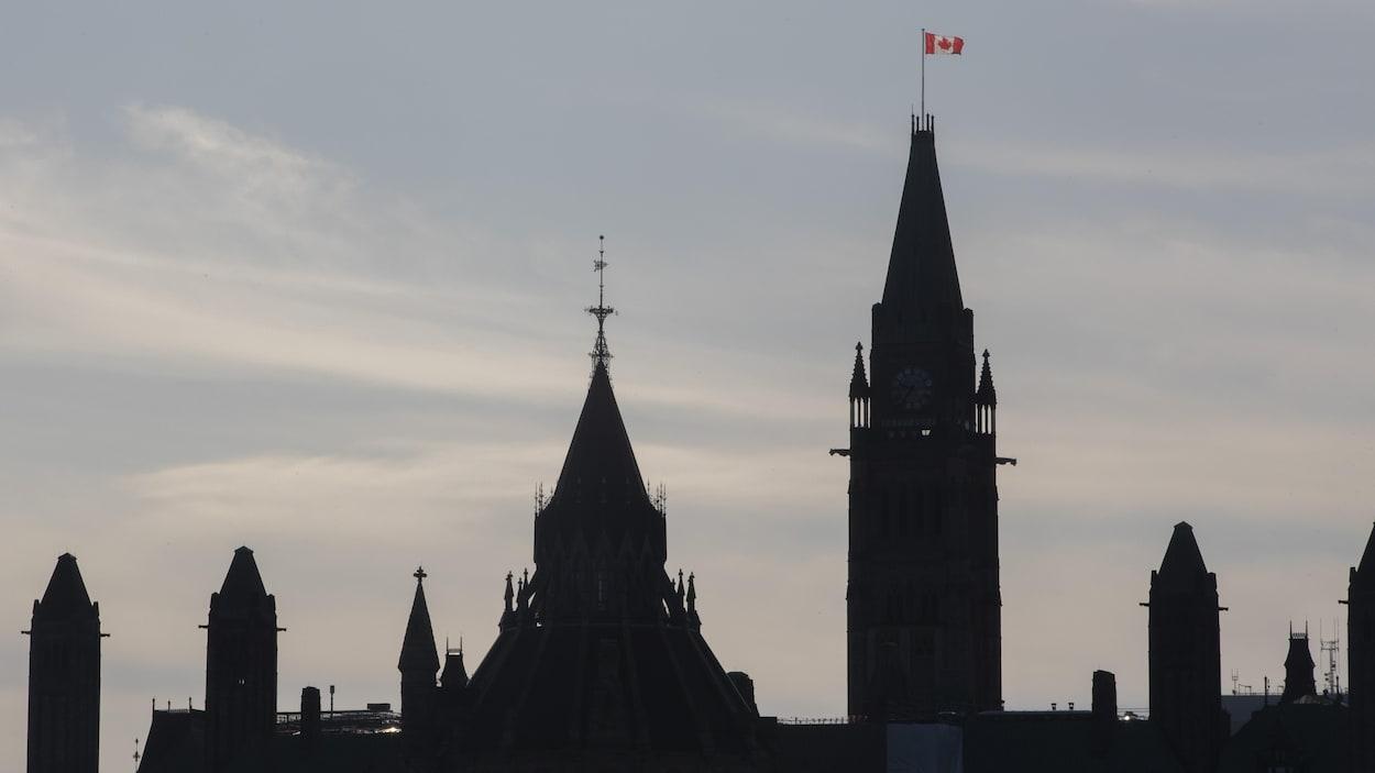 Le drapeau canadien flotte sur la tour de la Paix à Ottawa.