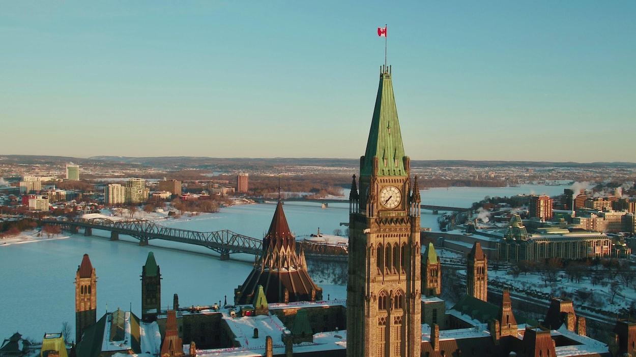 La tour de la Paix avec en arrière-plan les ponts Alexandra et Macdonald-Cartier enjambant la rivière des Outaouais gelée en hiver.