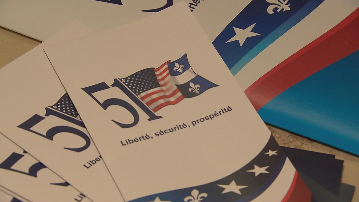 Dépliants du Parti 51, montrant un drapeau mi-américain, mi-québécois, déposés sur une table.