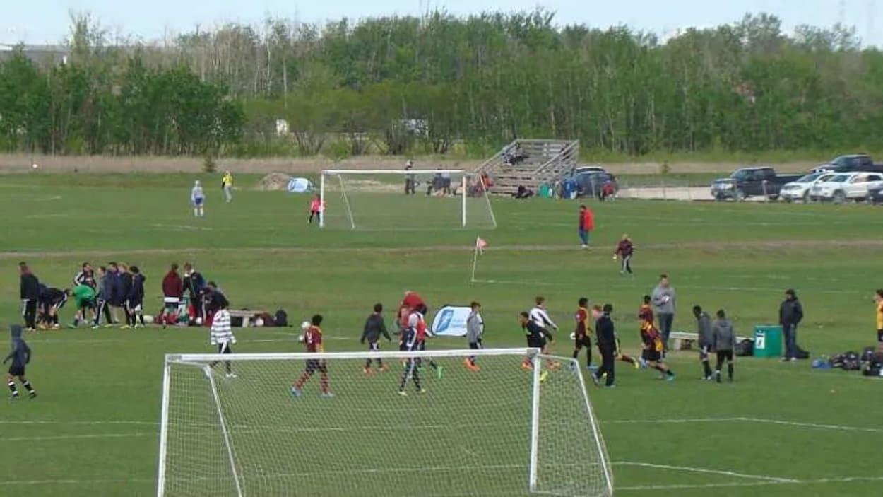 Un groupe de jeunes sur un terrain de soccer.