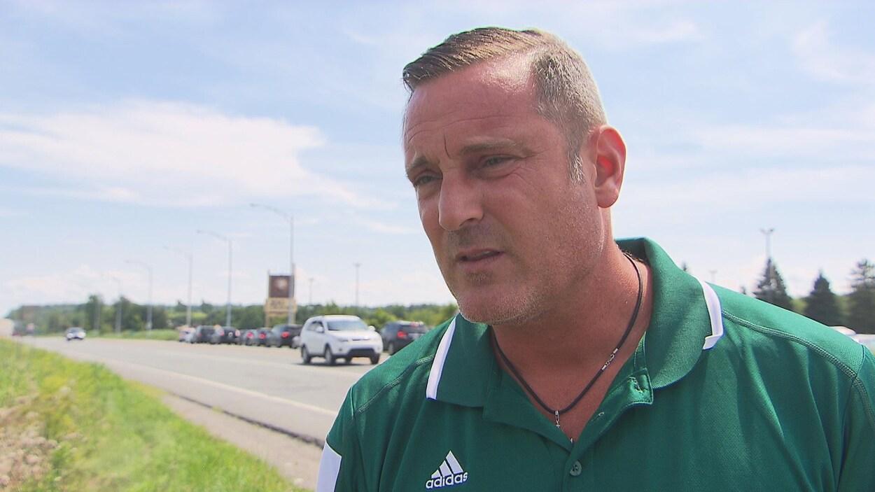 Pascal Bonin, maire de Granby, en entrevue à Radio-Canada sur le bord de la route