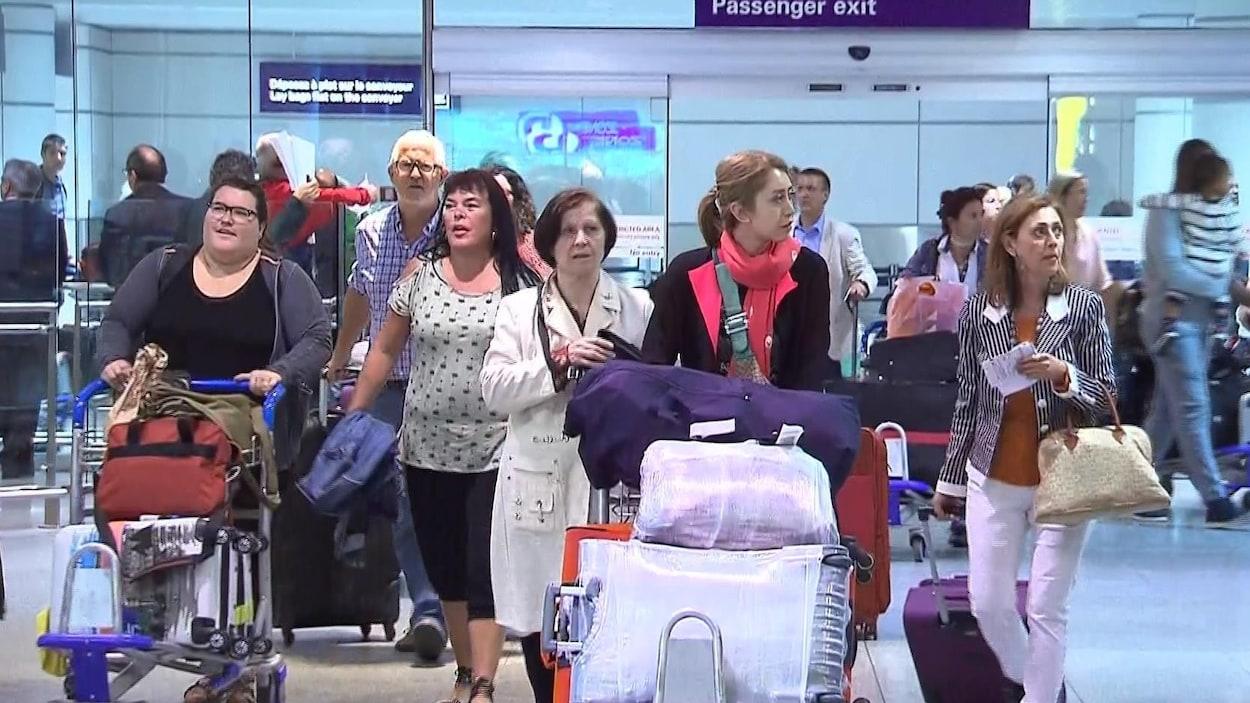 Des passagers à leur sortie d'avion à l'aéroport Montréal-Trudeau