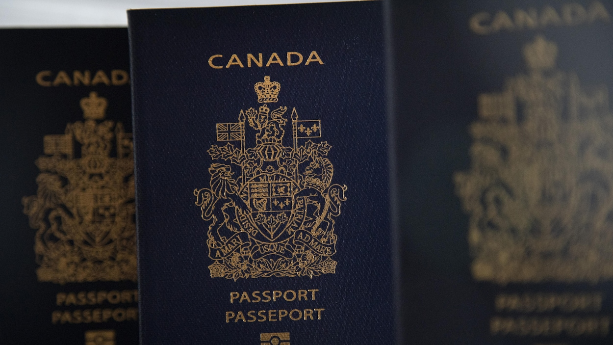 Des passeports canadiens.