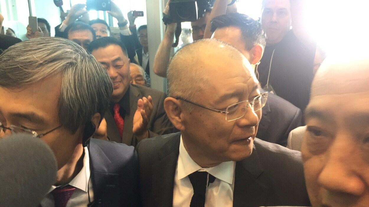 Le pasteur Lim entouré de photographes