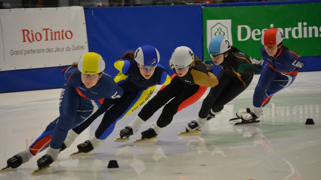 Des patineuses de vitesse au Jeux du Québec d'Alma.