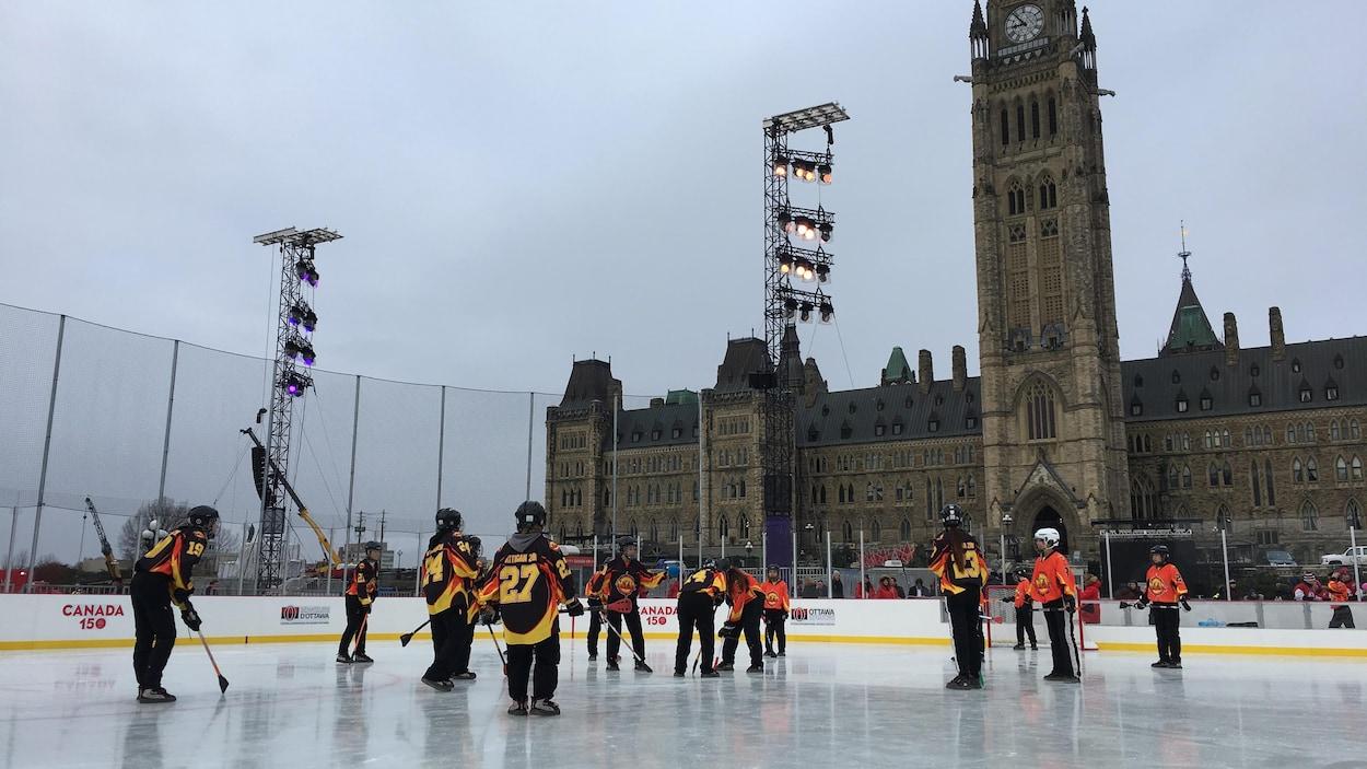 Des joueurs de hockey sous la patinoire.