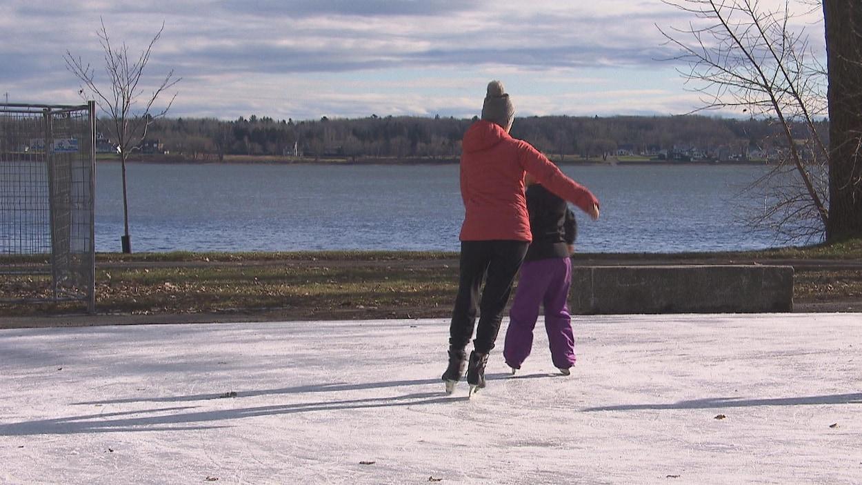 Des personnes qui patinent sur la glace.