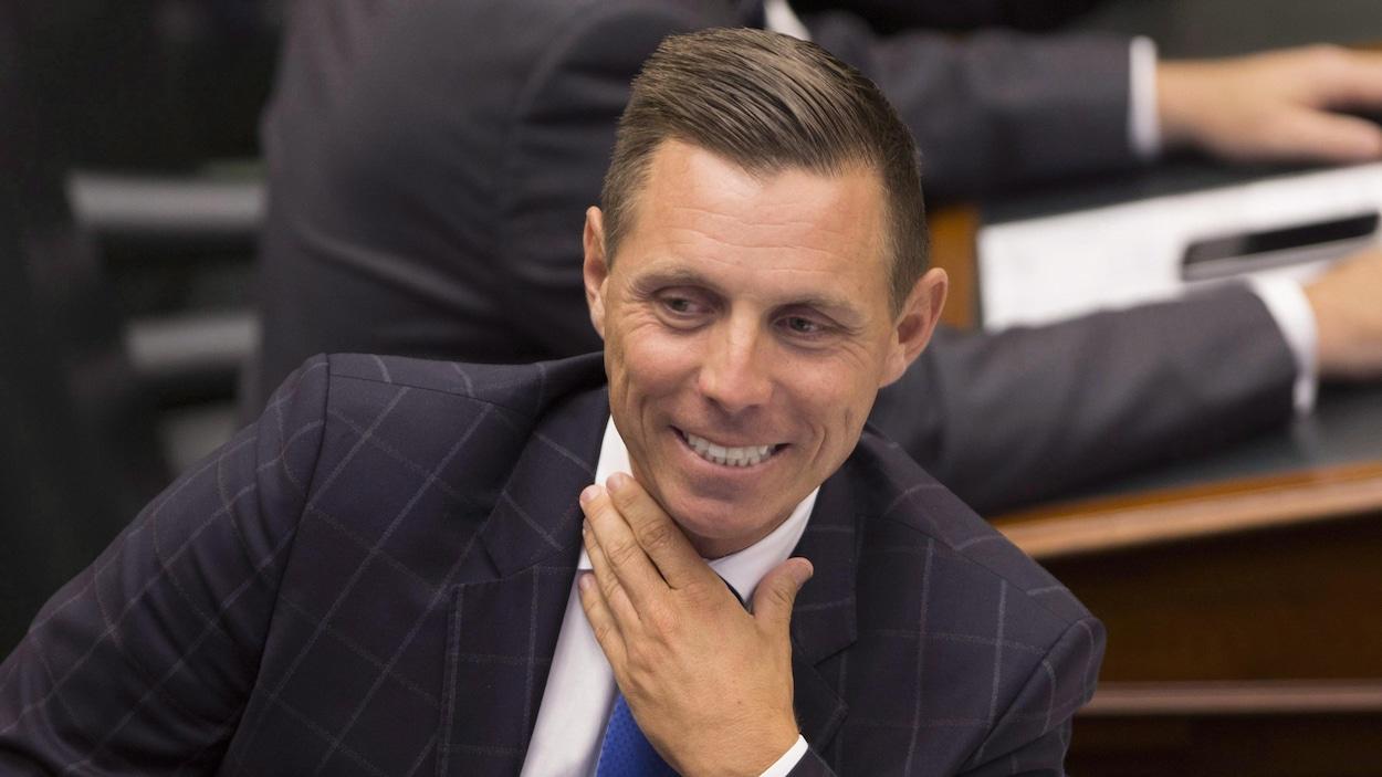 Le chef progressiste-conservateur Patrick Brown sourit en Chambre.