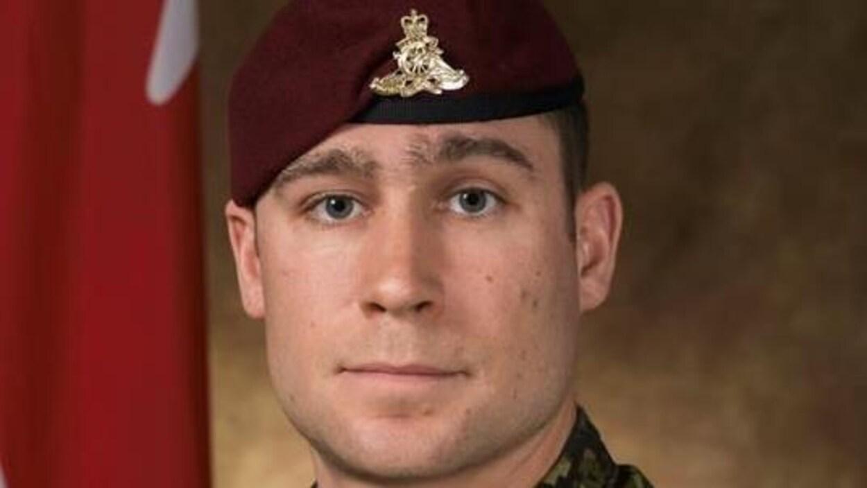 Photo officielle d'un soldat en uniforme.