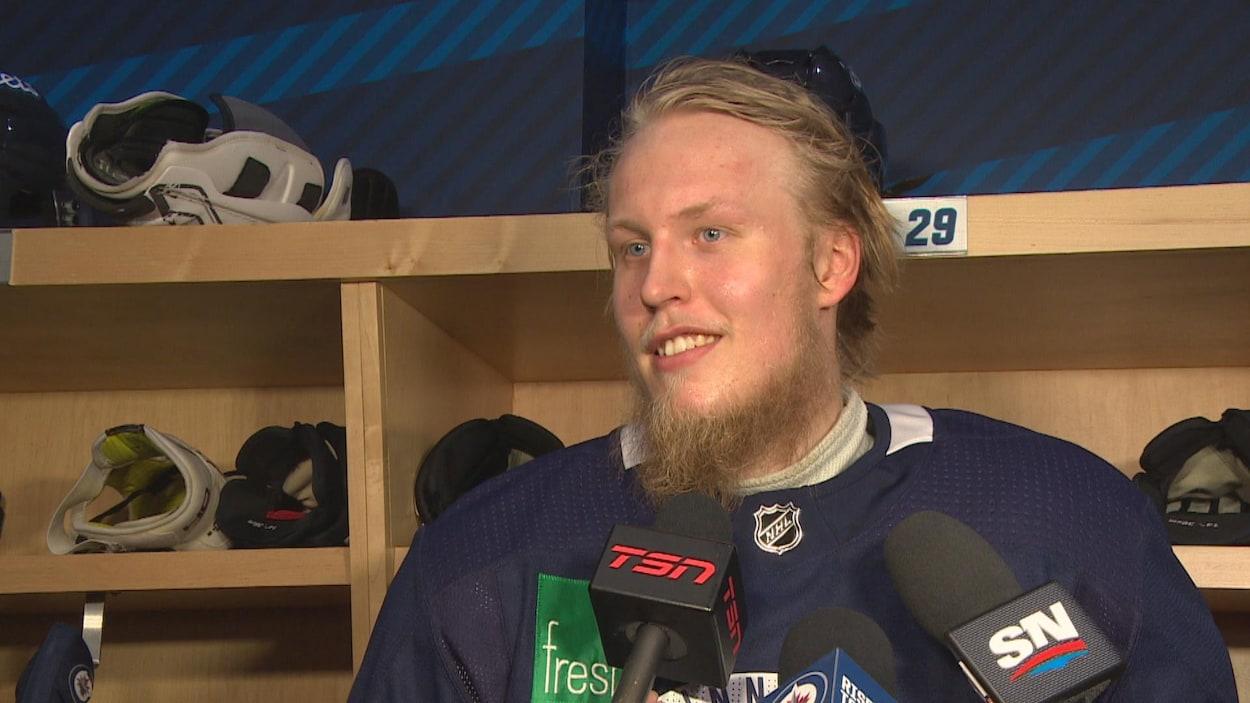 un joueur de hockey, et des micros de divers postes de nouvelles.