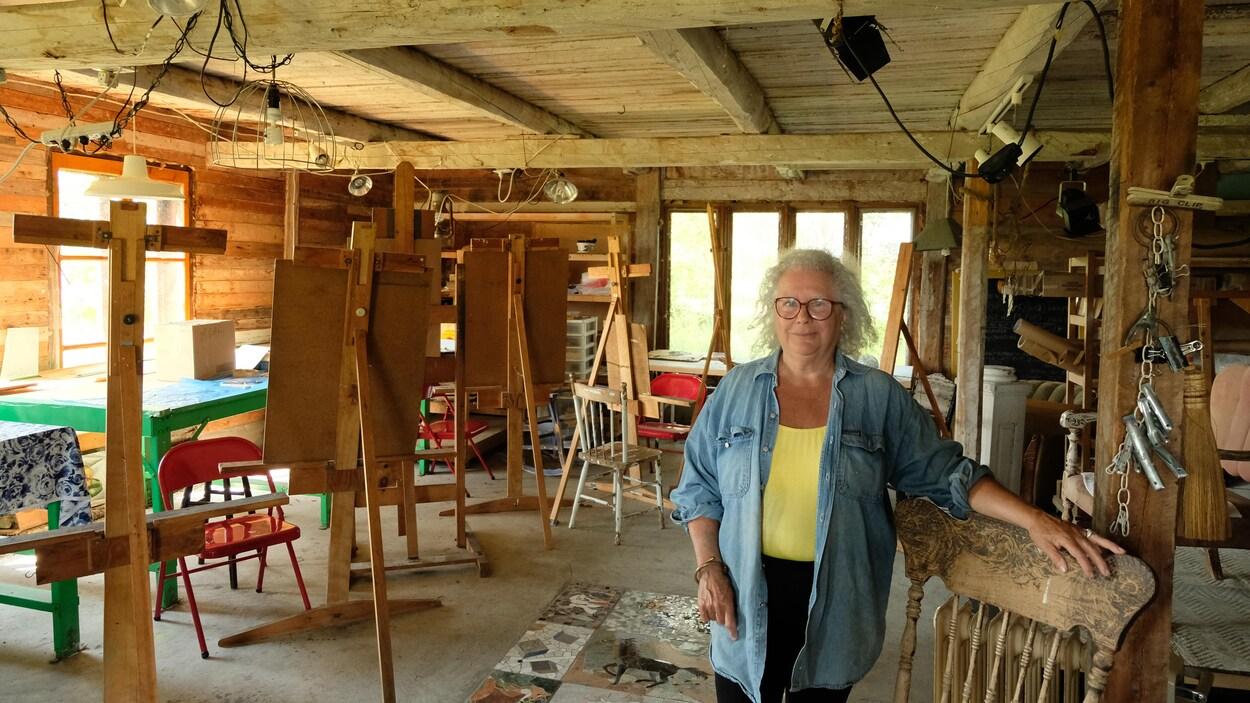 Louisa Nicol dans sa grange convertie en atelier de peinture
