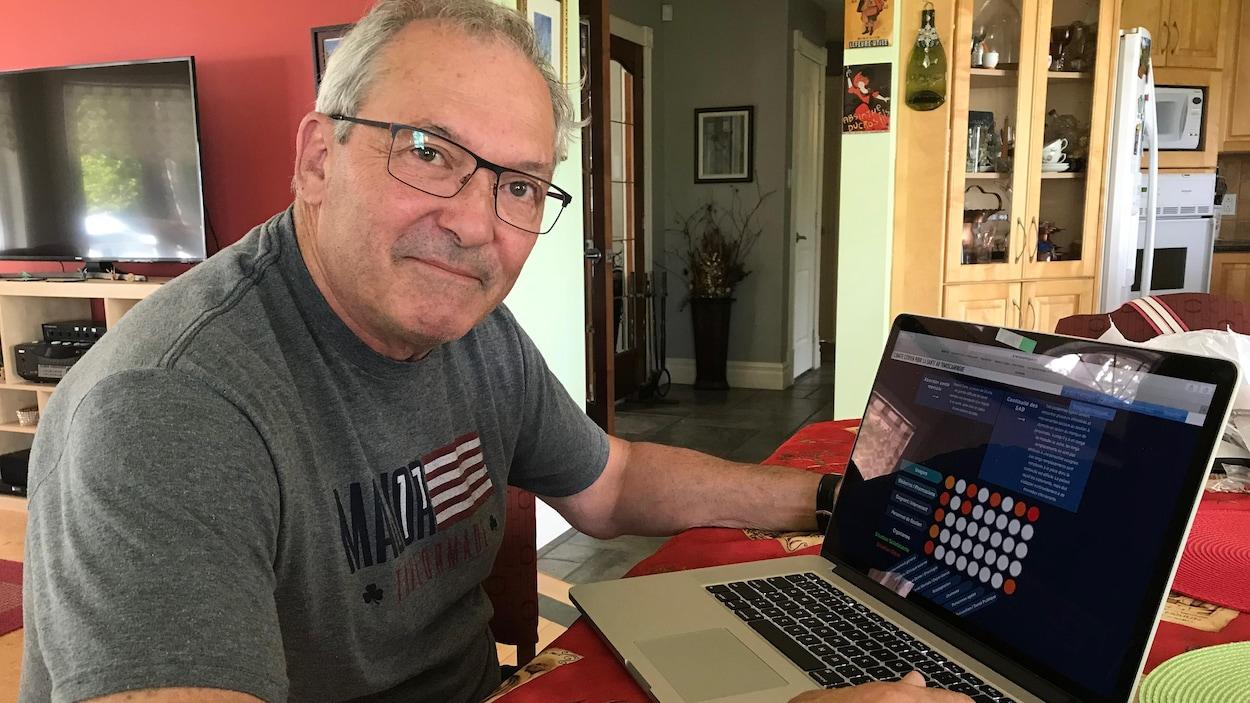 Paul-Émile Barbeau nous montre le site web temiscamingue.org.