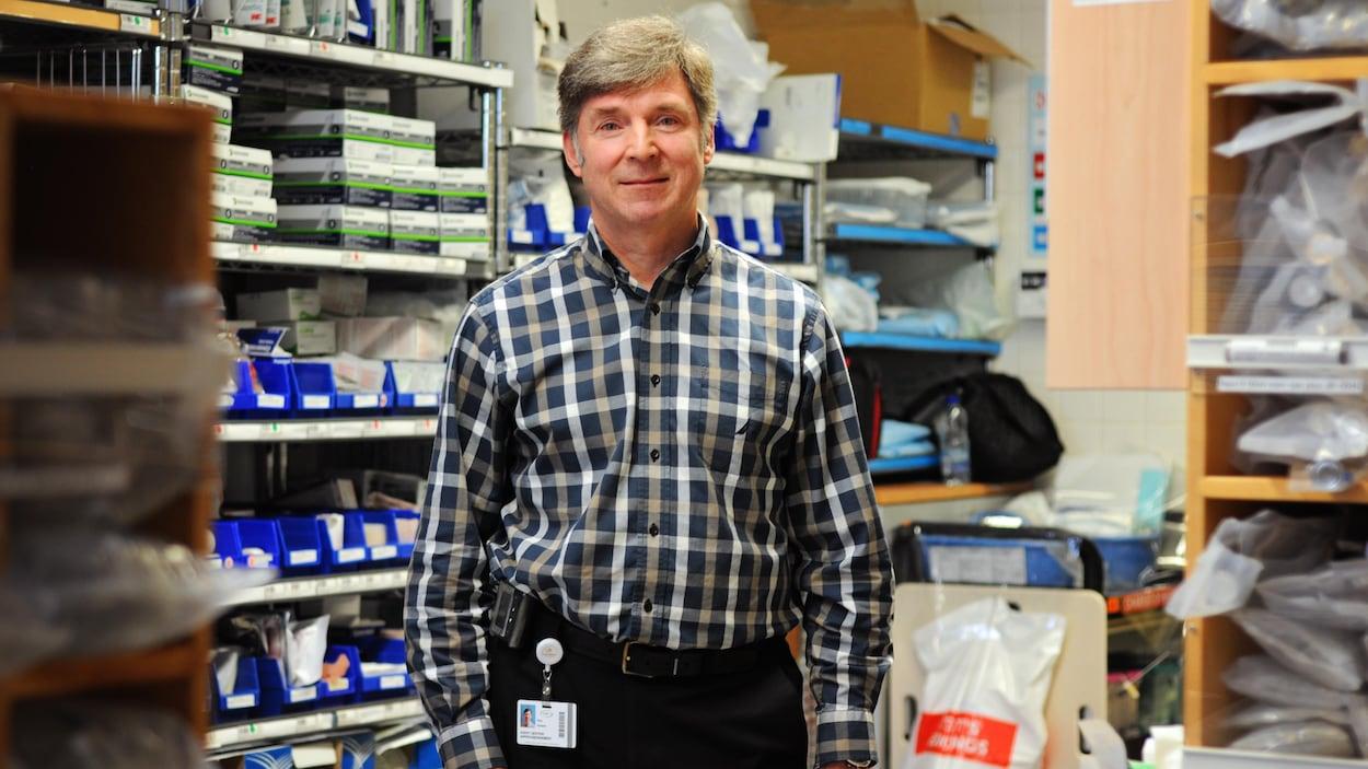 Paul Ferland travaille à l'hôpital depuis 42 ans. On le voit dans une petit magasin d'un département de l'Hôpital Fleurimont. Tout est judicieusement classé.