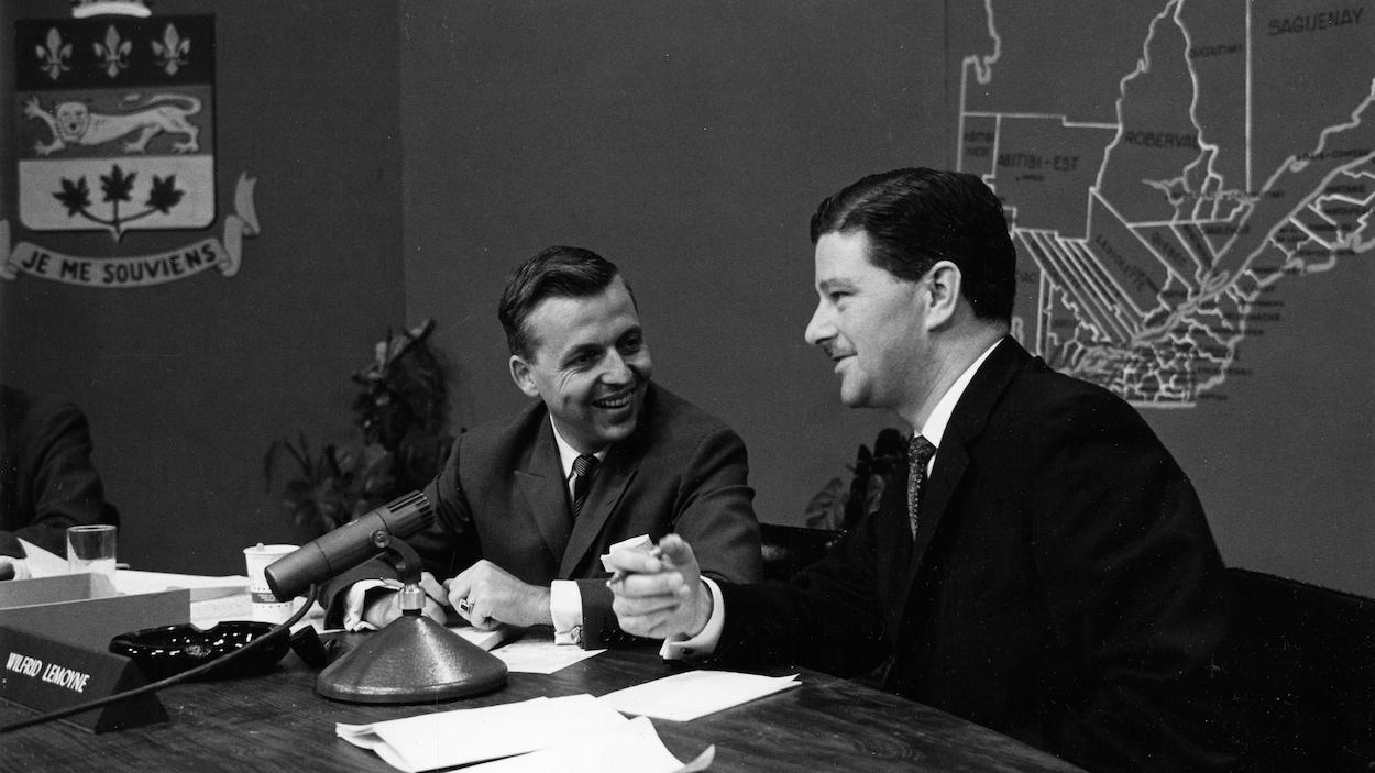 Dans un studio de télévision, le journaliste Wilfrid Lemoine s'entretient avec Paul Gérin-Lajoie durant la soirée électorale