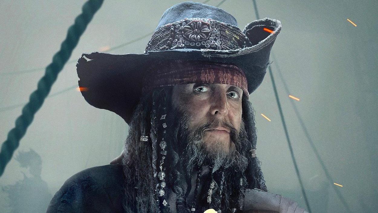 Paul McCartney déguisé en pirate sur une affiche du cinquième film de la franchise « Pirates des Caraïbes ».