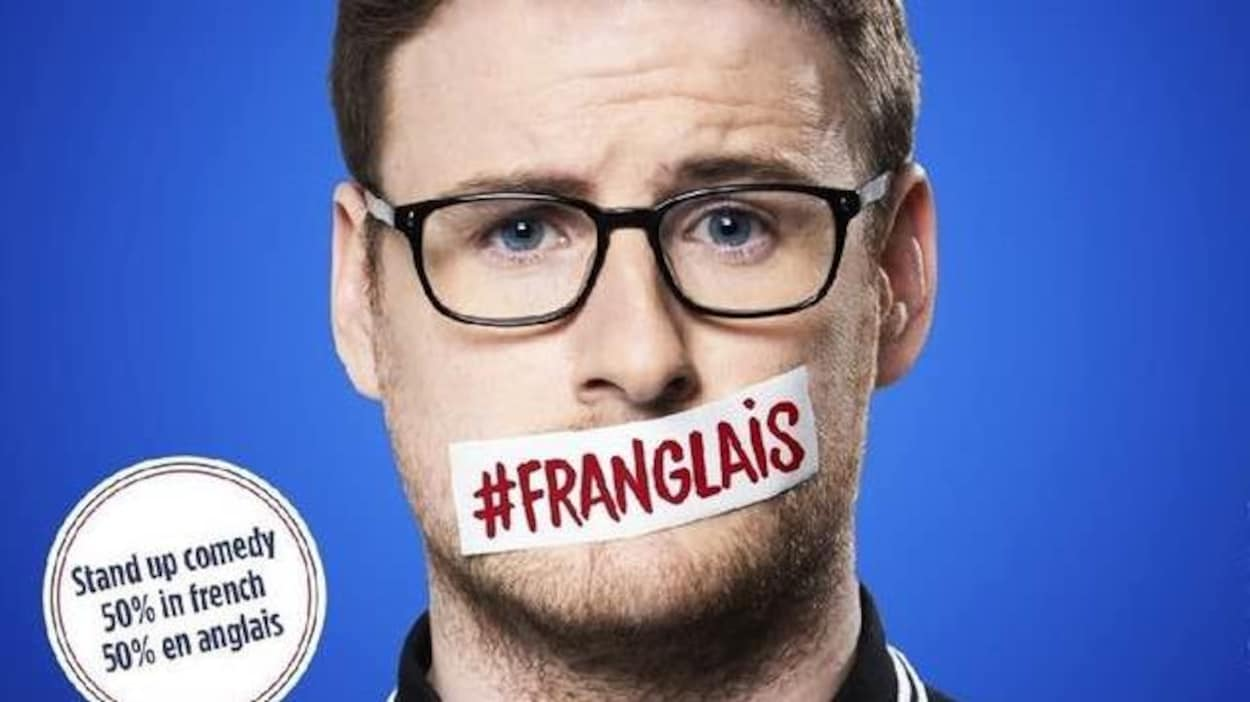 Photo d'un jeune homme avec des lunettes noires dont la bouche est obstruée par un autocollant sur lequel est inscrit hashtag franglais. À côté de lui est inscrit : stand up comedy 50% in French, 50% en anglais.