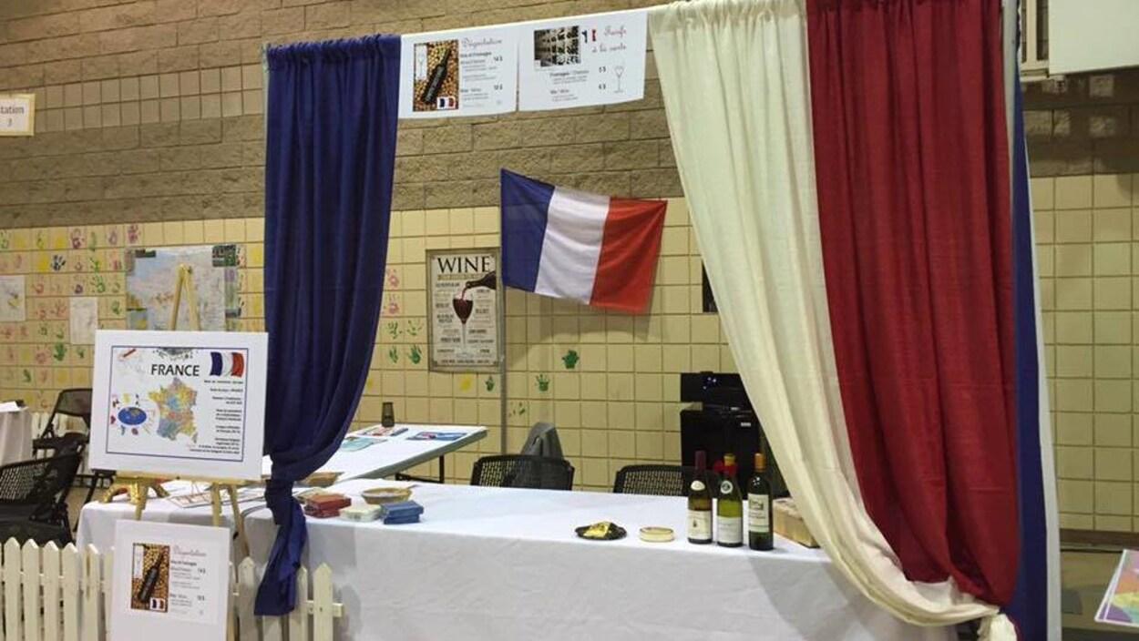 Une des nombreuses tables du pavillon francophone du Festival Mosaic 2016 était décorée aux couleurs de la France.