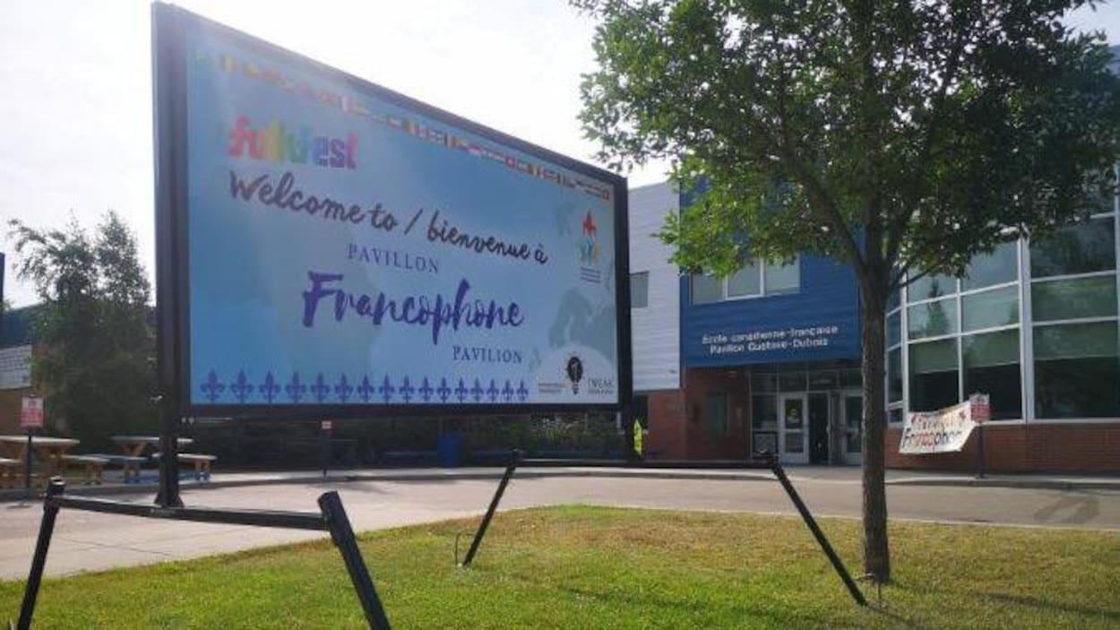 Une affiche devant une école.