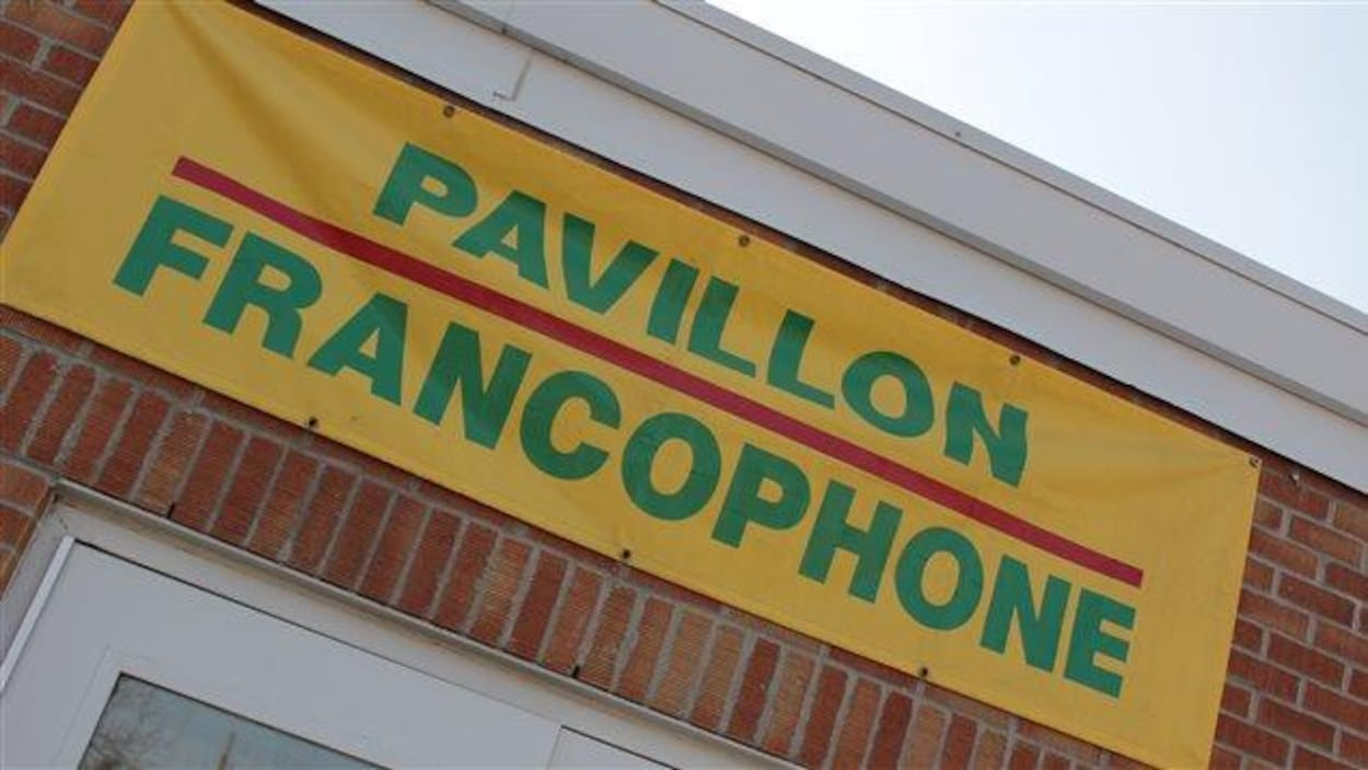 Une affiche jaune indiquant « pavillon francophone » acccrochée à l'extérieur de l'École Mgr de Laval à Regina