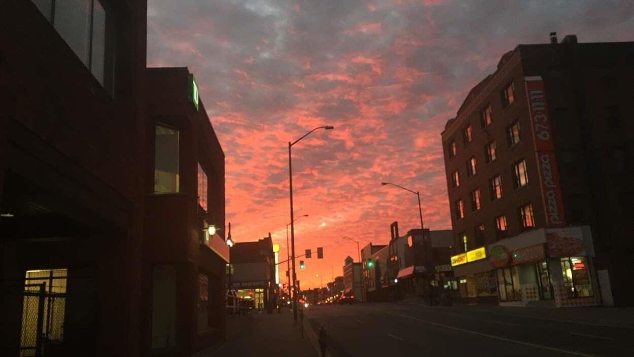 Coucher de soleil sur la rue Elm à Sudbury