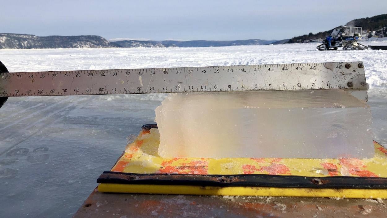Une règle sur une épais bloc de glace montre qu'il n'y a pas les 30 centimètres de glace effective.