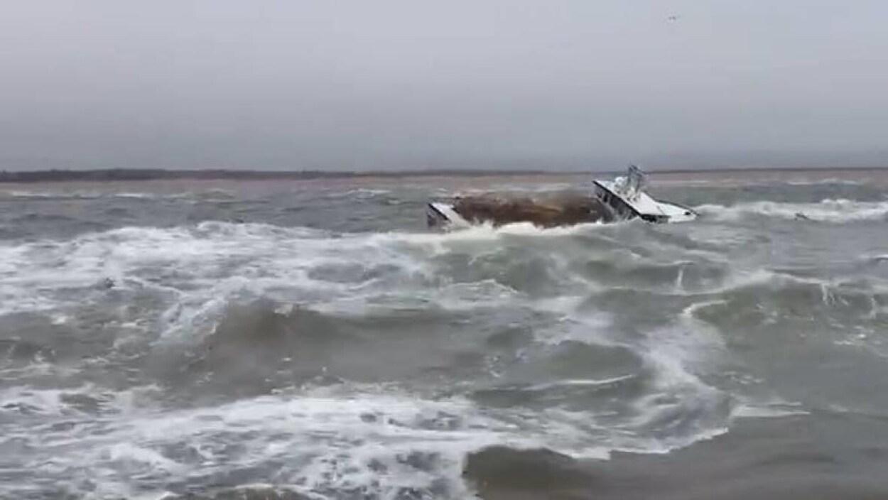 Des pêcheurs de homard ont dû abandonner leur navire à l'Île-du-Prince-Édouard lundi.