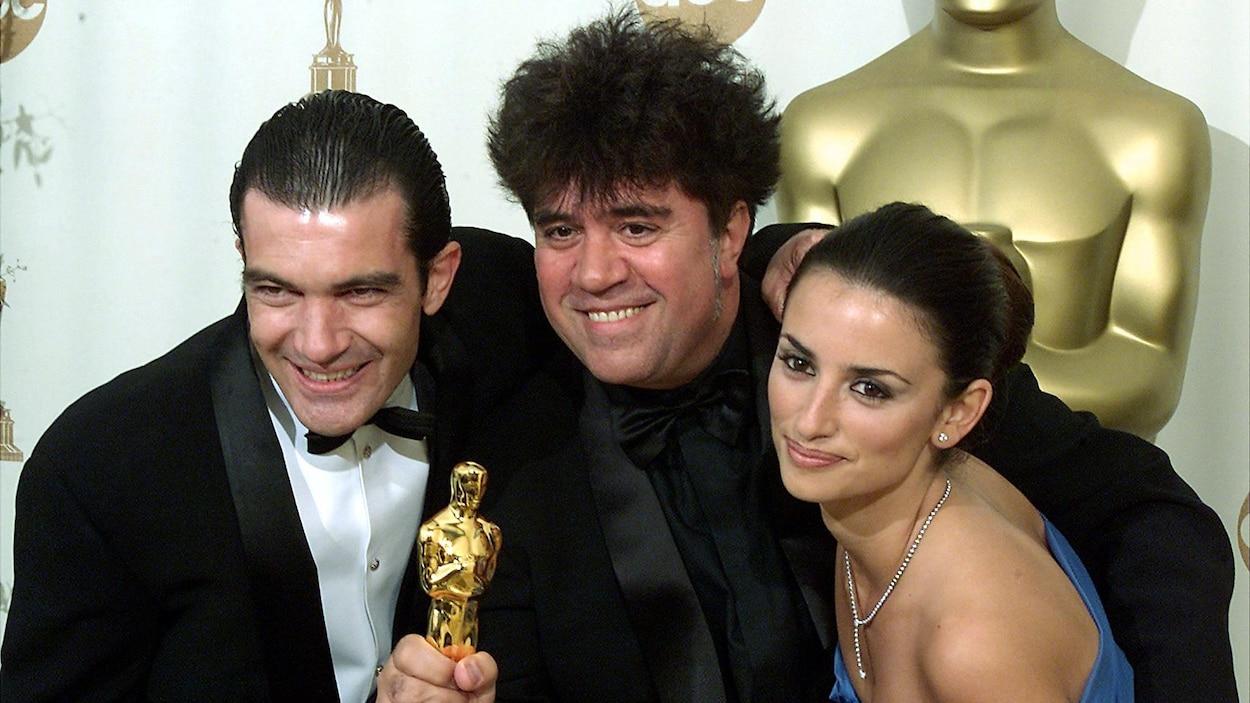 Pedro Almodóvar, entouré de Penélope Cruz et d'Antonio Banderas, pose avec l'Oscar du meilleur film en langue étrangère reçu pour <i>Tout sur ma mère</i> en 2000.