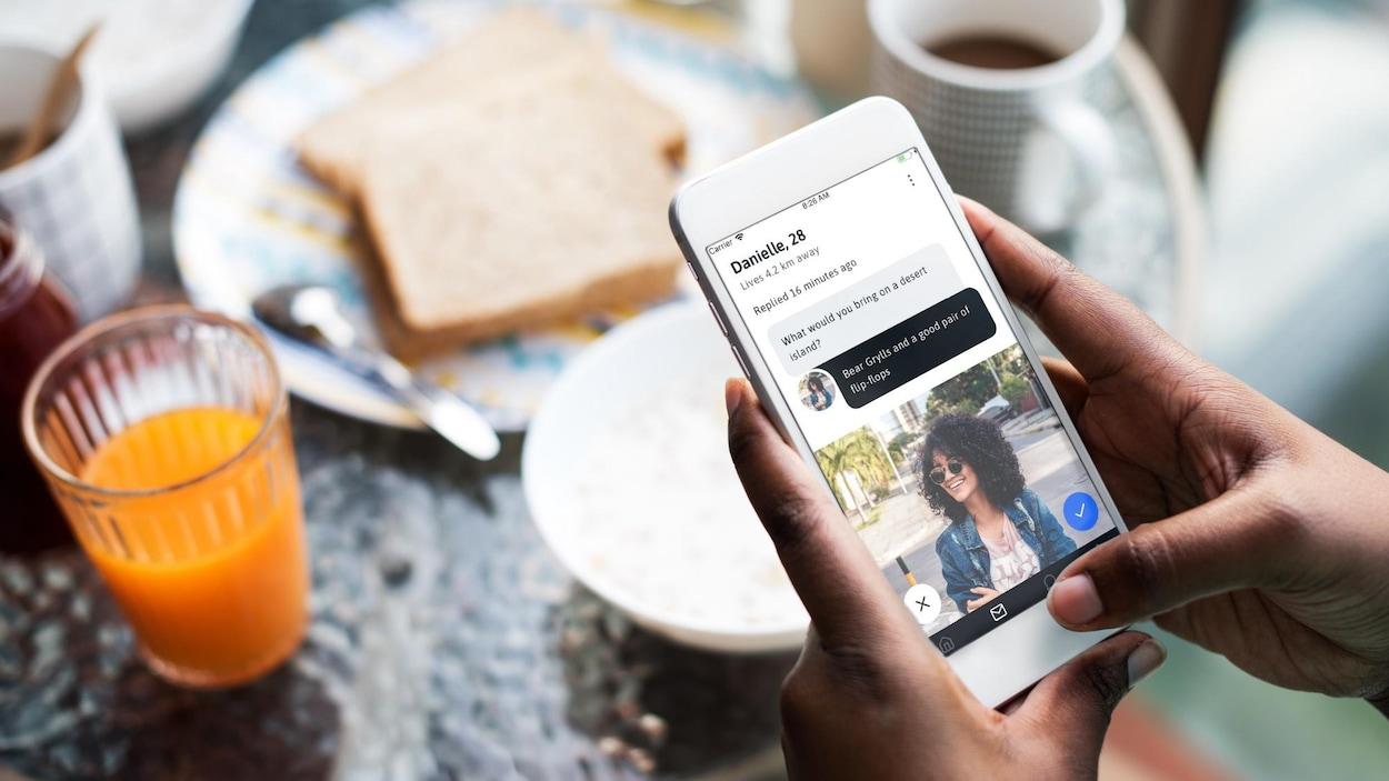 Un usager utilise l'application Peel sur son téléphone intelligent.