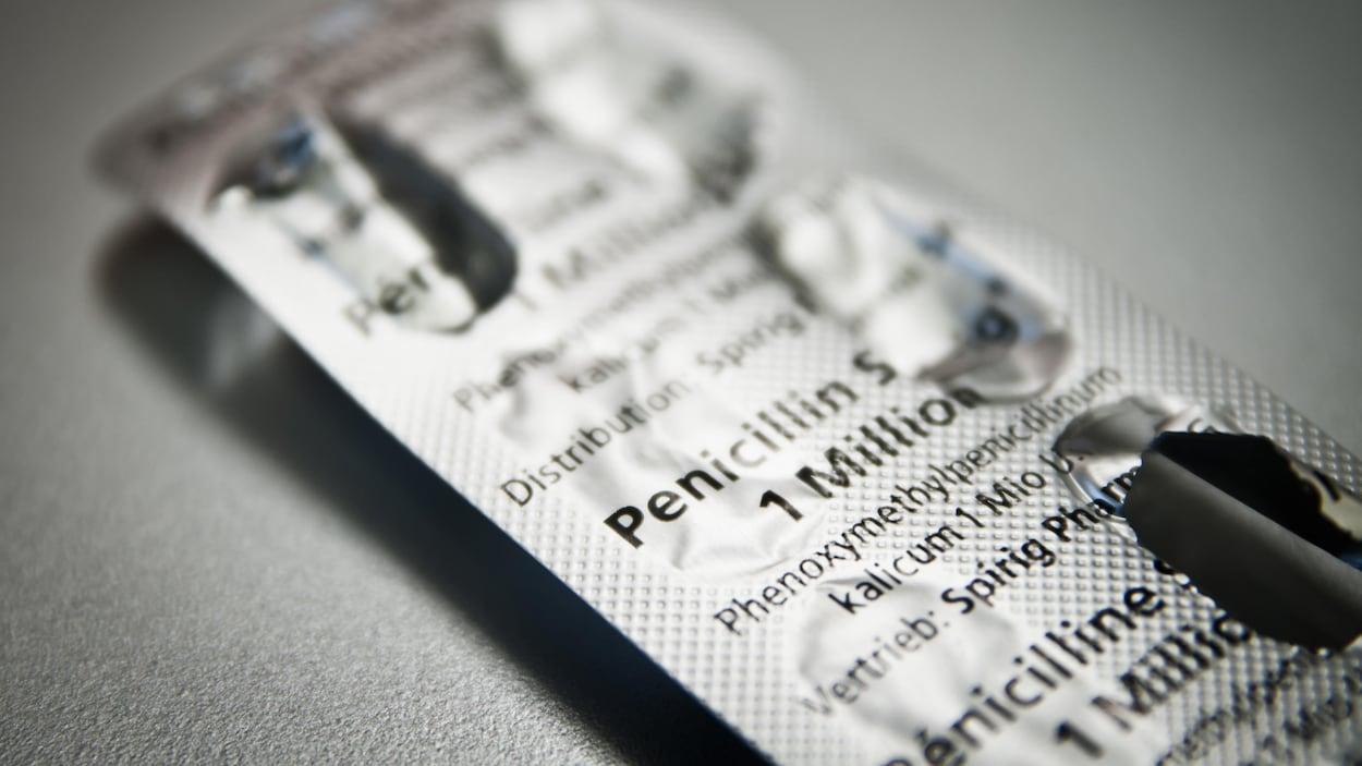 On voit en gros plan un paquet de comprimés de pénicilline.