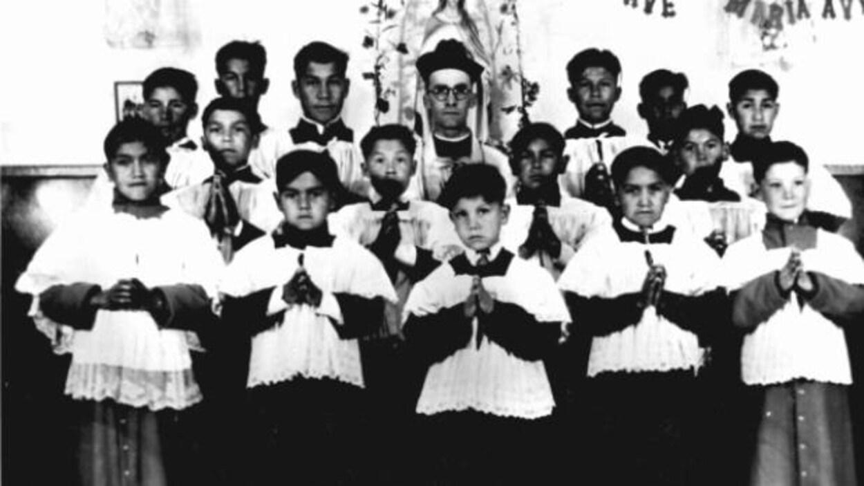 Un groupe d'enfants de choeur au Pensionnat Sainte-Anne de Fort Albany en Ontario autour de 1945.