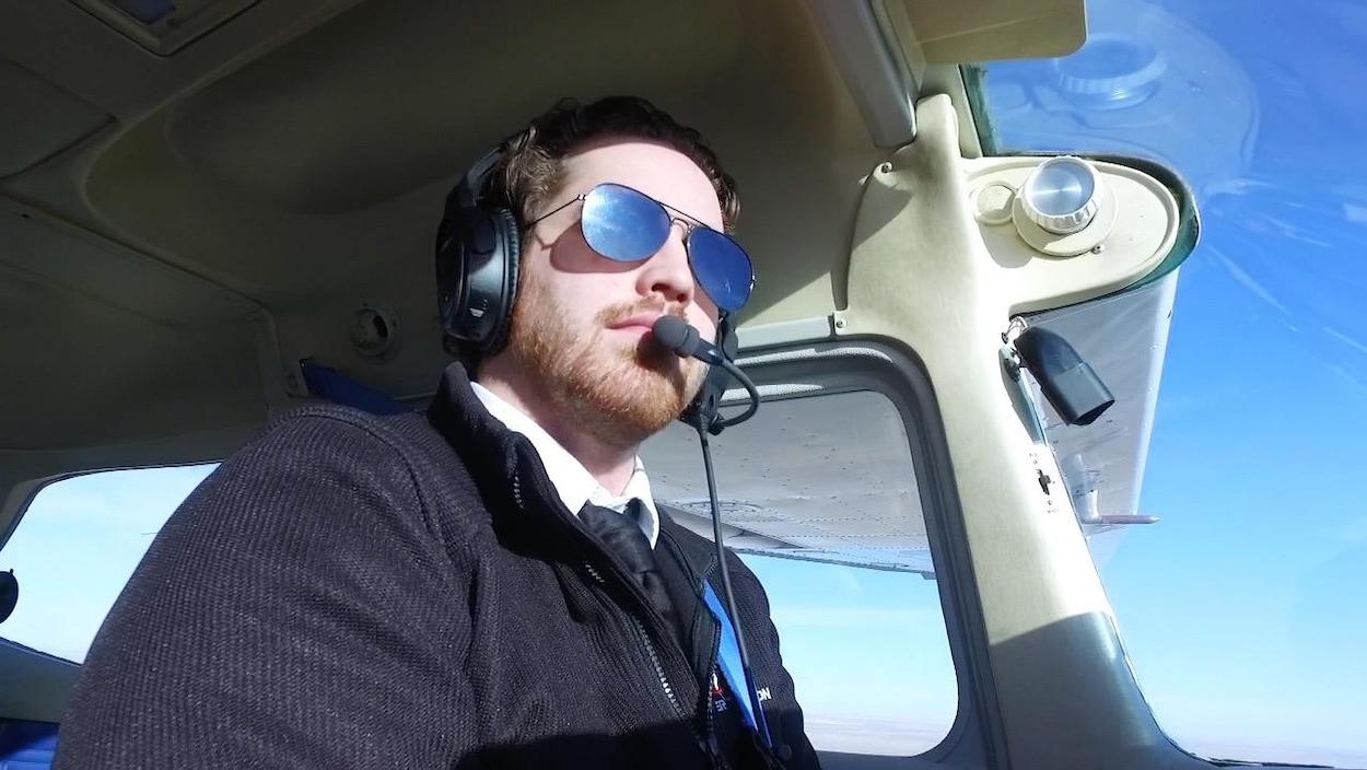 Un pilote dans un avion