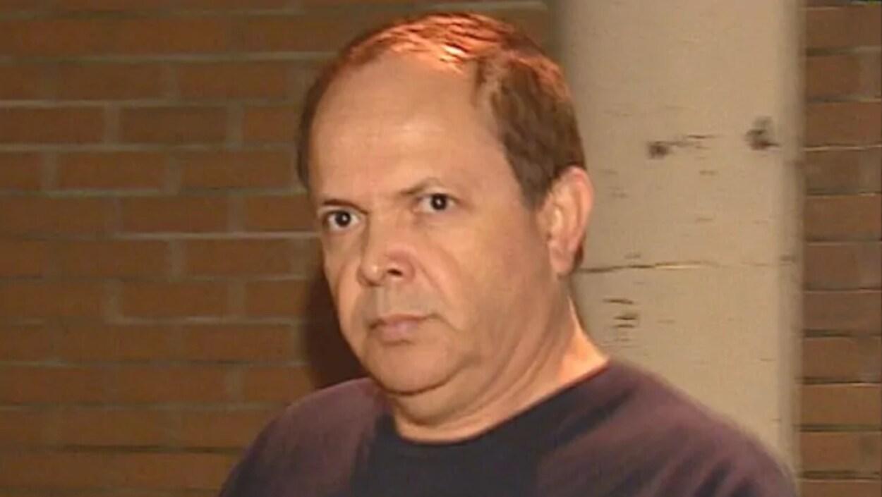 Allan Pedromo Lopez a les cheveux bruns courts et les yeux bruns. Il a été pris en photo en mouvement devant un mur en briques.