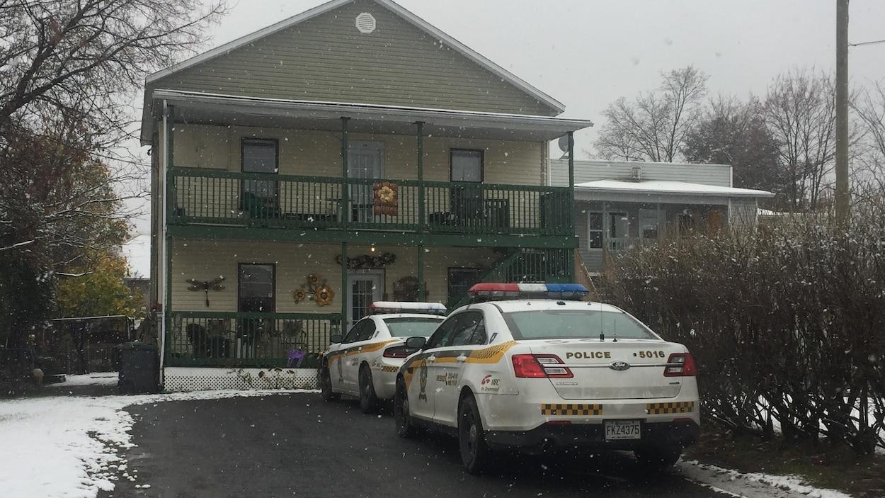 Des voitures de la SQ devant une résidence de Drummondville où à lieu une opération antidrogue.