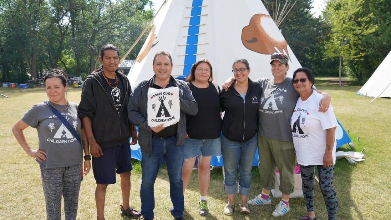 Perry Bellegarde entouré des membres du camp.