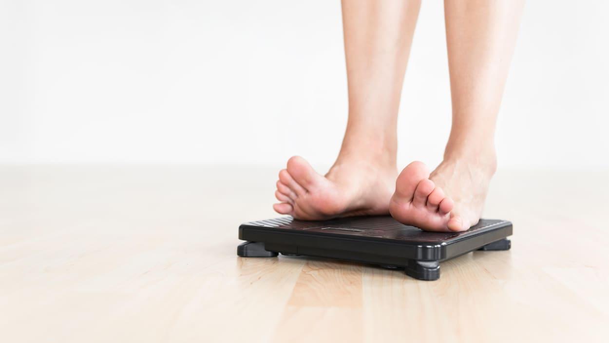 Une personne qui se pèse
