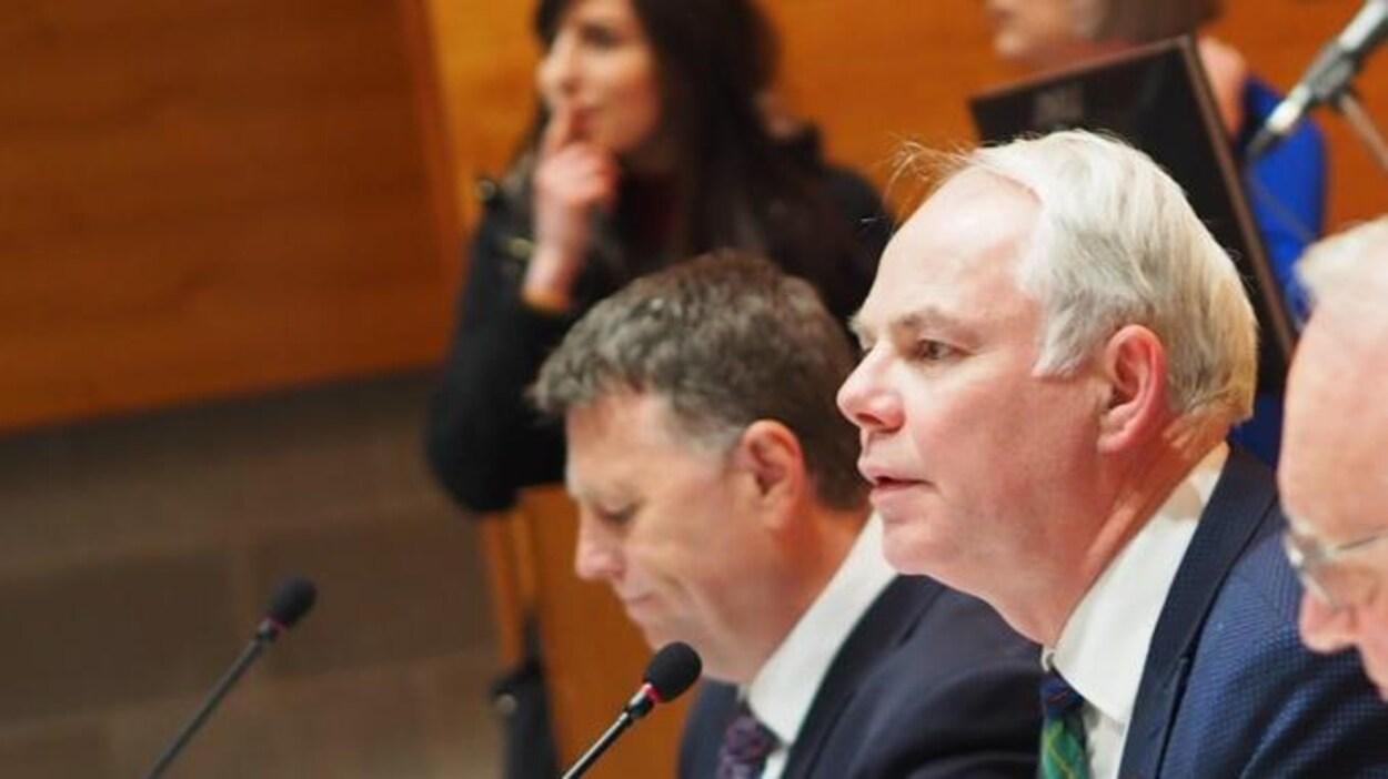Les chefs de partis assis côte à côte lors d'un débat public.