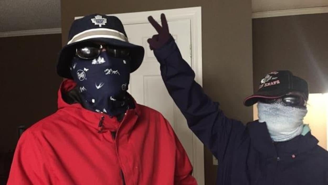 Peter-Justin (à gauche) et Avery de Thunder Bay, souffrent de xeroderma pigmentosum, une maladie très rare qui cause une sensibilité aiguë au soleil. Ils doivent mettre de la crème solaire et porter un chapeau, des lunettes et un masque pour sortir.