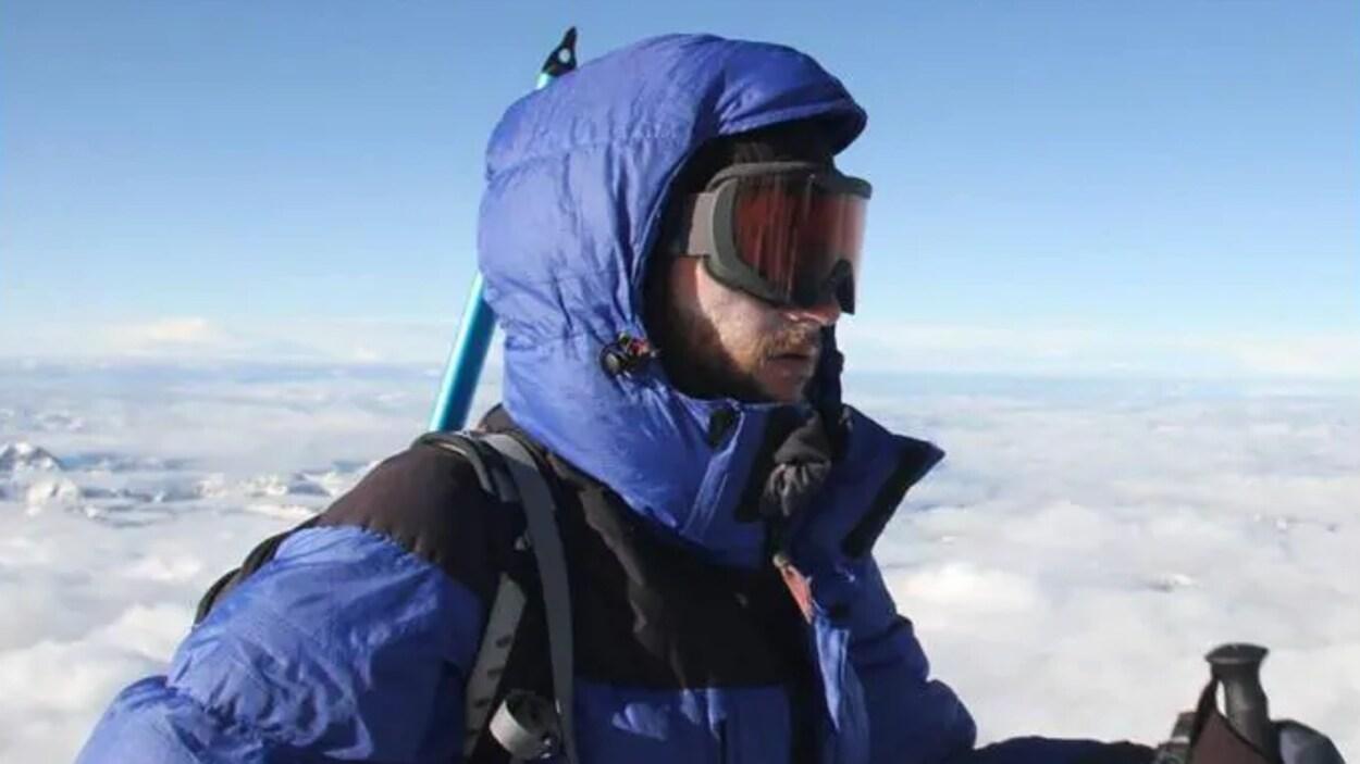 Un alpiniste marche en haute montagne