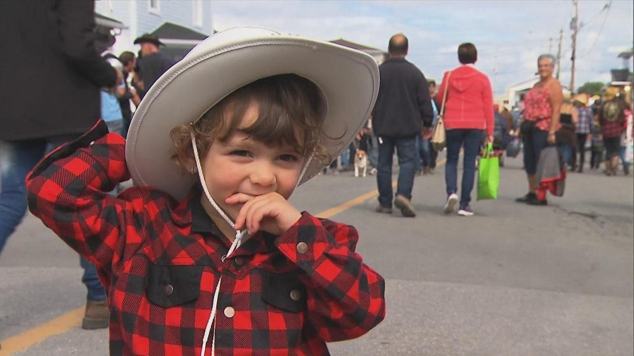 Enfant au Festival western de Sainte-Tite avec un chapeau cowboy, le 8 septembre 2017