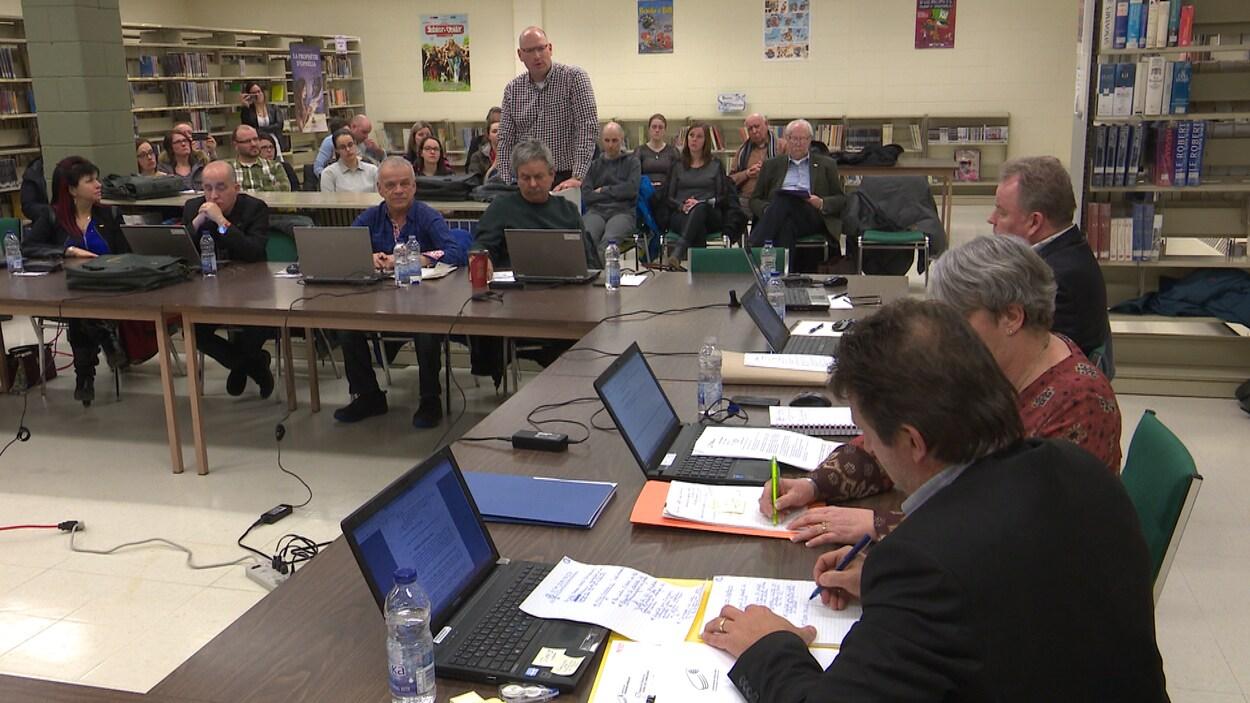 Le porte-parole du comité Nos enfants dans notre école Martin Ménard à posé de nombreuses questions aux dirigeants de la Commission scolaire de Kamouraska-Rivière-du-Loup.