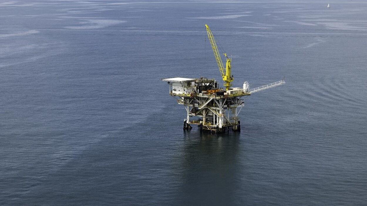 Une plateforme pétrolière sur l'eau.