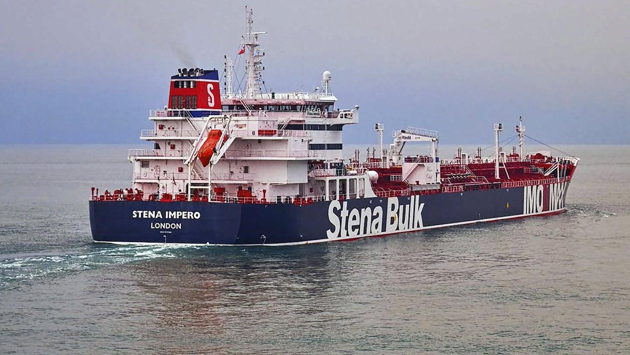Un pétrolier navigue sur l'eau.