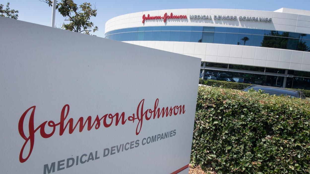 Une pancarte avec le logo de Johnson & Johnson devant des bureaux de la compagnie.