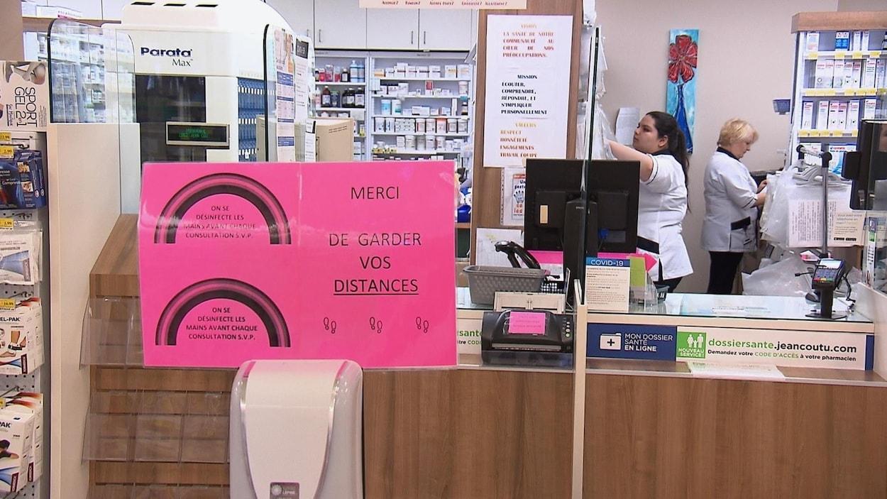 Des employés d'une pharmacie au travail.