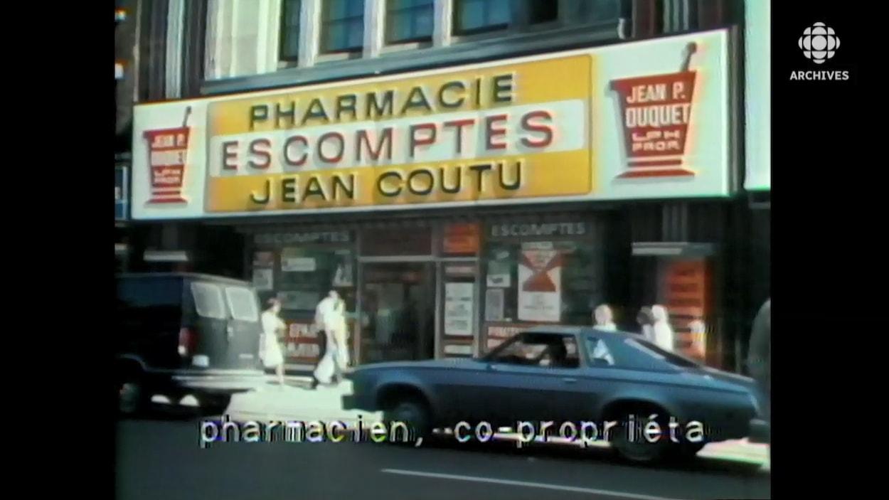 Enseigne de la Pharmacie Escomptes Jean Coutu sur la rue Sainte-Catherine, à Montréal.