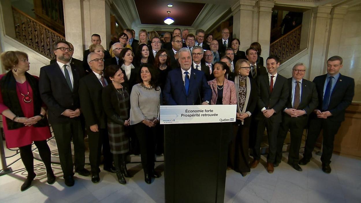 Le premier ministre du Québec, Philippe Couillard, entouré de ses ministres