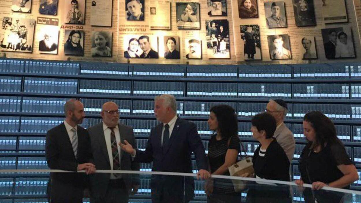 Philippe Couillard a visité le mémorial Yad Vashem, lieu de mémoire qui relate les faits de l'histoire ayant conduit à l'holocauste.